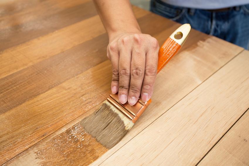 Drewno podczas malowanie i impregnacji, a także polecane kolory lakierobejcy i jej cena