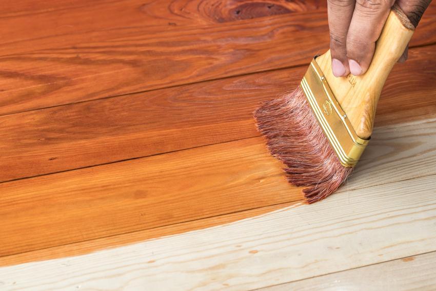 Malowanie drewna pędzlem, a także kolory lakierobejcy i cena lakierobejcy