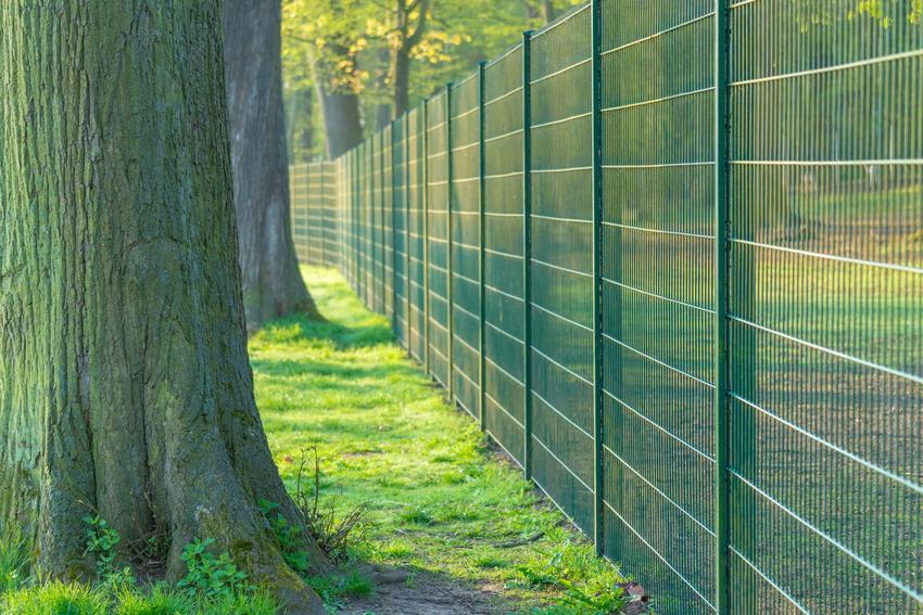 Czym jest siatka maskująca na ogrodzenie krok po kroku oraz jej rodzaje i ceny