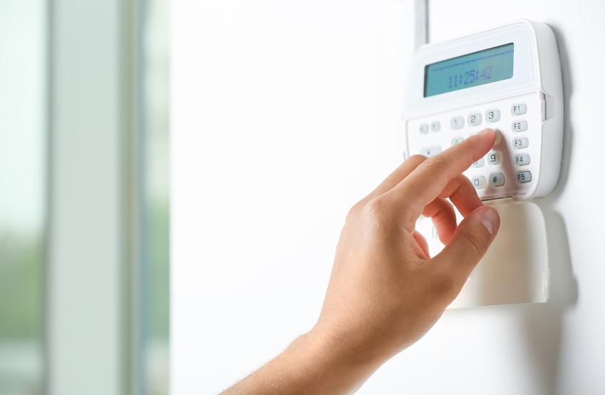 Dłoń uruchamiająca alarm w domu, a także systemy alarmowe i urządzenia alarmowe