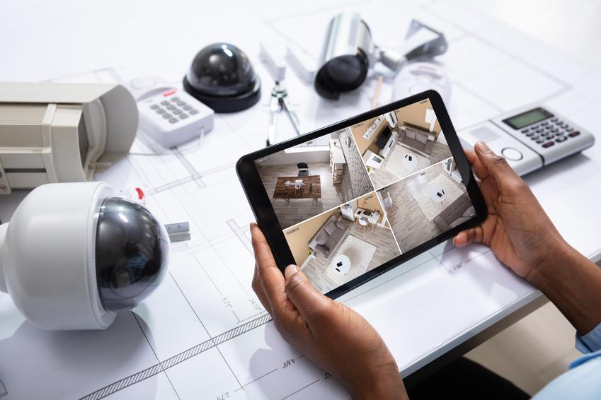 Urządzenia alarmowe na stole obsługiwane za pomocą tabletu, czyli najlepsze systemy alarmowe