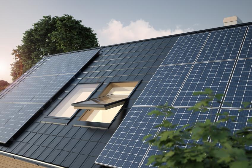 Panele słoneczne na dachu domu, a także energia odnawialna i odnawialne źródła energii w Polsce