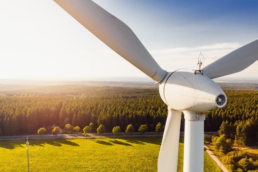Wiatraki energii wiatrowej na tle zieleni, a także energia odnawialna i odnawialne źródła energii w Polsce