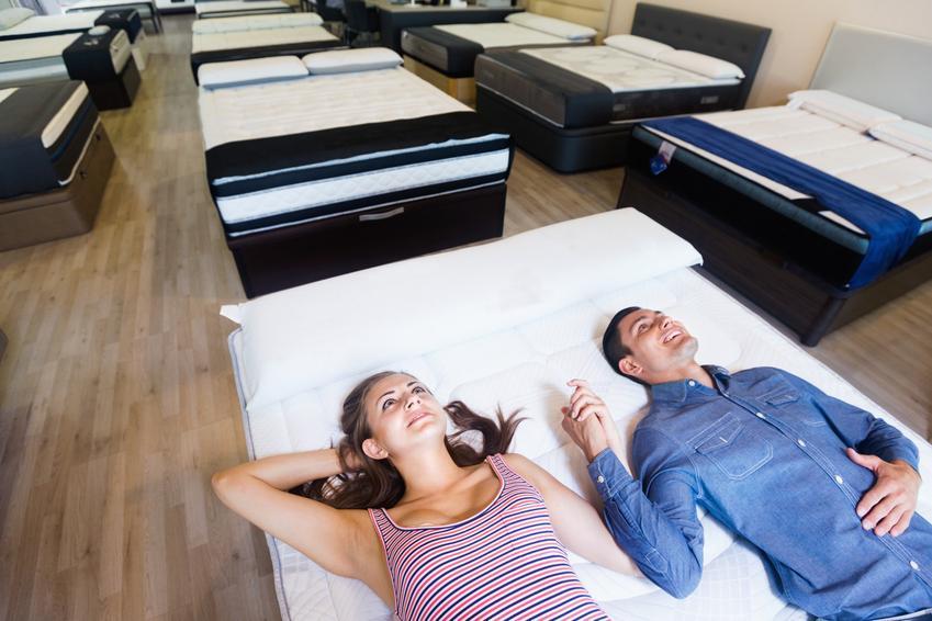 Kobieta i mężczyzna leżący na materacu w sklepie meblowym, a także materace lateksowe