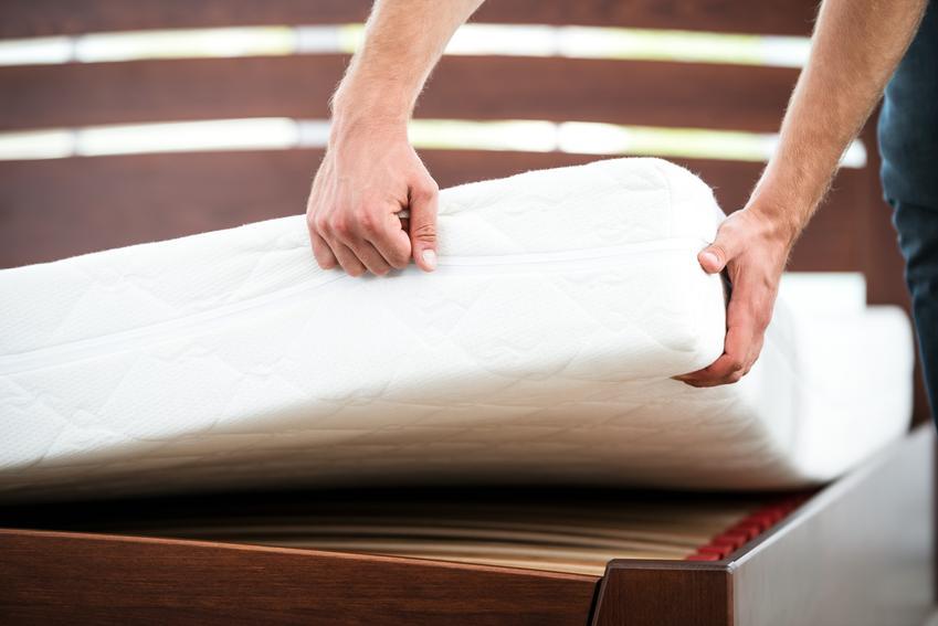Materac bonelowy podczas układania na stelażu łóżka w sypialni, a także polecane materace bonelowe