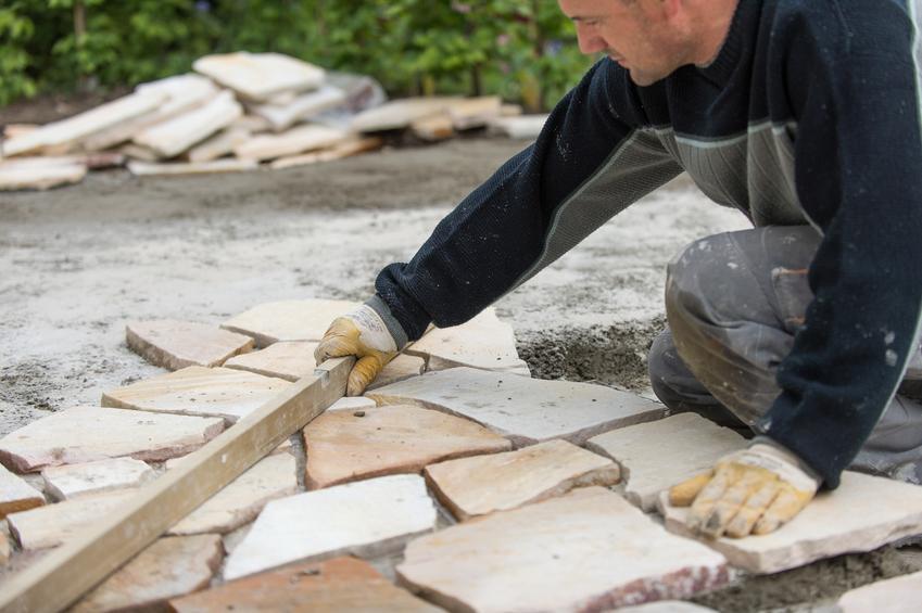 Układanie kamienia naturalnego na tarasie, a także taras z kamienia i polecany kamień na taras