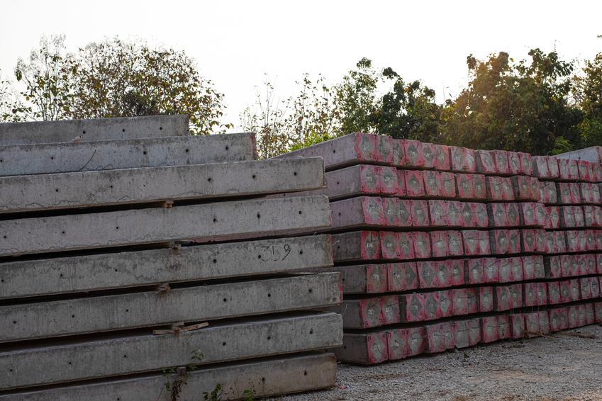 Ułożone słupy betonowe, a także ich poszczególne rodzaje, zastosowanie i cena