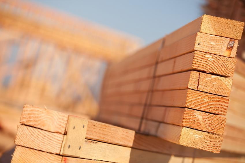 Legary drewniane na palecie w formie desek, a także cena za legary podłogowe