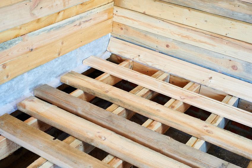 Legary drewniane przed położeniem podłogi, a także cena za legary podłogowe