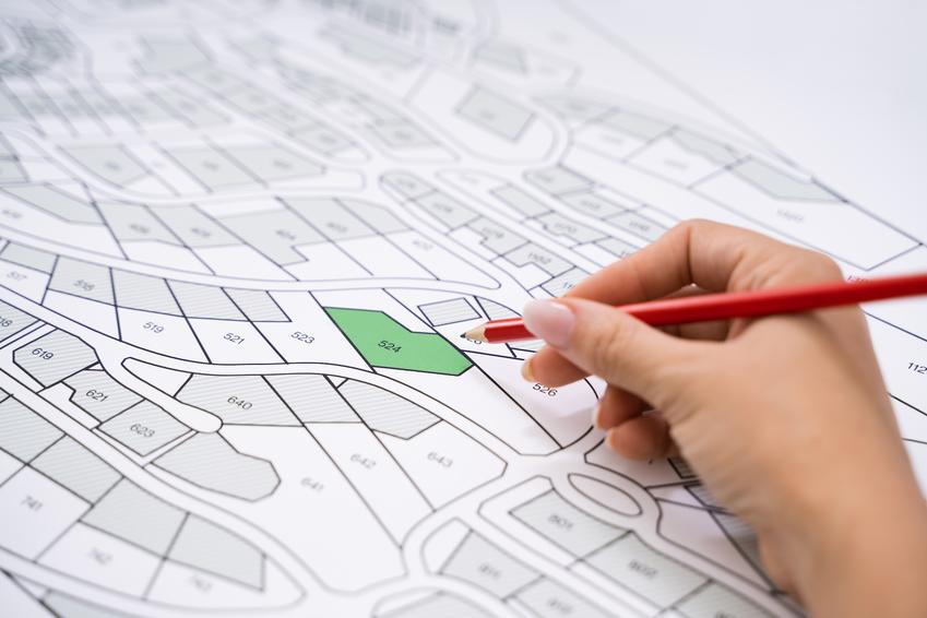Mapa z zakreślonym na zielono miejscem, a także mapa zasadnicza działki i jej cennik