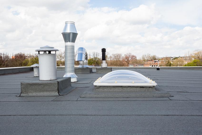 Kominki dachowe na dachu budynku, a także polecane kominki wentylacyjne dachowe