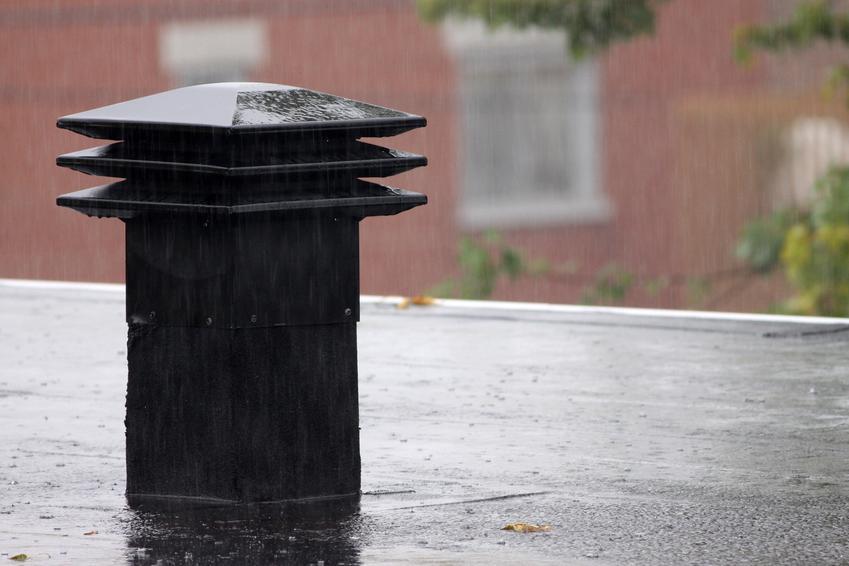 Kominek wentylacyjny czarny na dachu, a także polecane kominki wentylacyjne dachowe