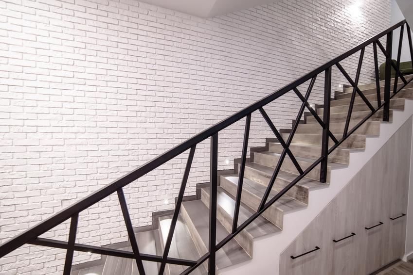 Balustrada ażurowa przy schodach wewnętrznych oraz ażurowa ścianka z tralek