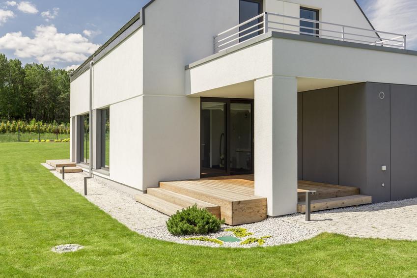 Nowoczesny dom na działce, a także boniowanie elewacji i bonie na elewacji oraz ich wykonanie