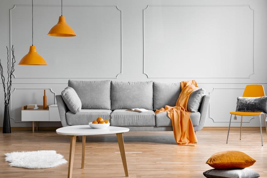 Pomarańczowe lampy wiszące w salonie, czyli inspiracje na modne i polecane oświetlenie do salonu