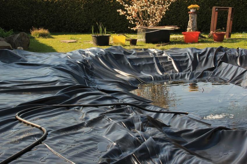 Folia do oczka wodnego podczas układania w ogrodzie, a także producent folii do oczka wodnego