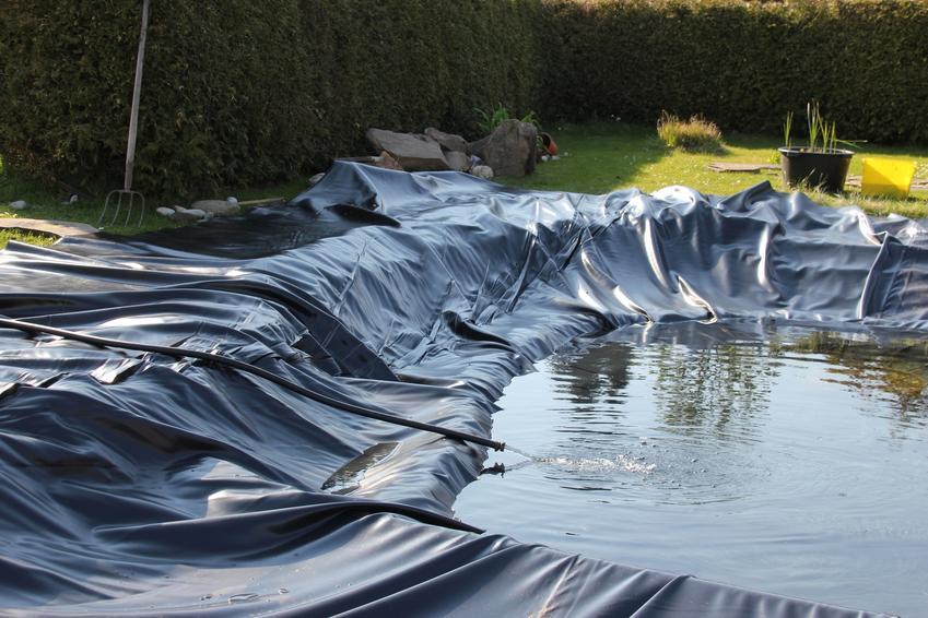 Oczko wodne podczas budowy w ogrodzie, a także folia do oczka wodnego i producent folii