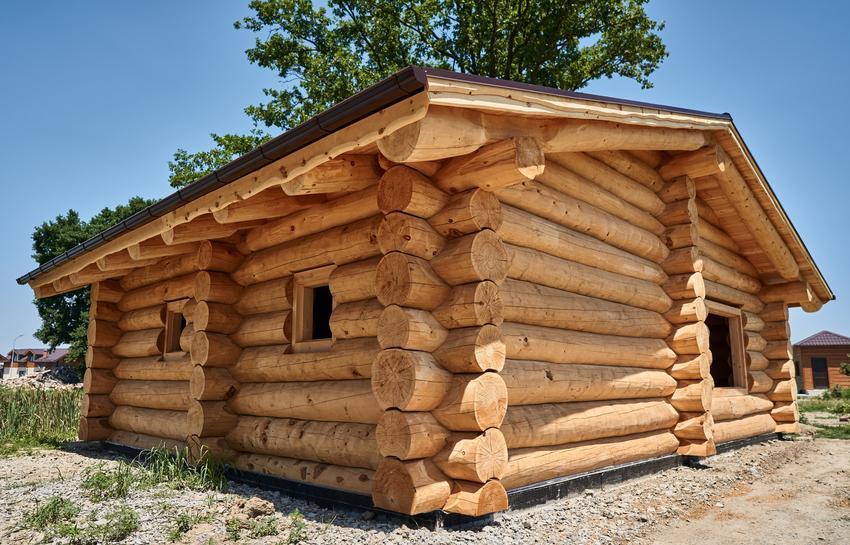 Drewniany dom z bali na tle nieba, a także domy góralskie z bali i cennik domów z bali