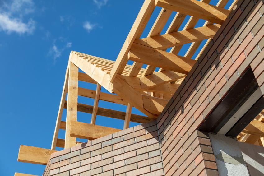 Dach podczas budowy, a także konstrukcja dachu i różne konstrukcje dachowe, które warto znać
