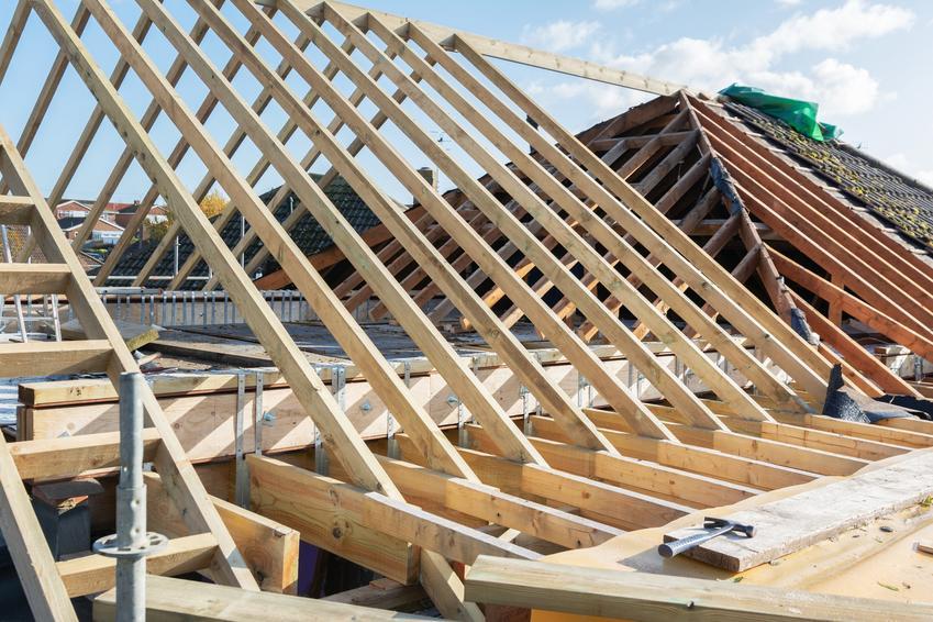 Dach podczas budowy z drewnianego szkieletu, a także konstrukcja dachu i różne konstrukcje dachowe
