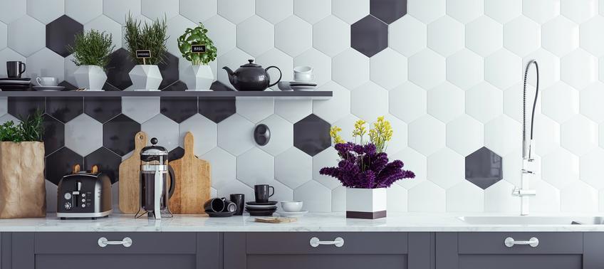 Blat kuchenny z geometrycznymi płytkami w tle, a także nowoczesne kuchnie i nowoczesne meble kuchenne