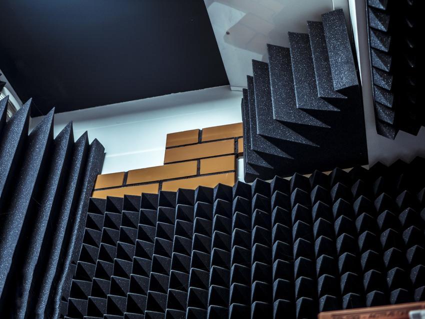 Panele akustyczne wyciszające, ich rodzaje i cena za płyty akustyczne i panele dźwiękochłonne