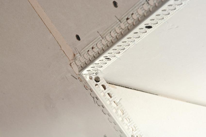 Płyty kartonowo-gipsowe podczas montażu, a także profil przyścienny lub stelaż przyścienny