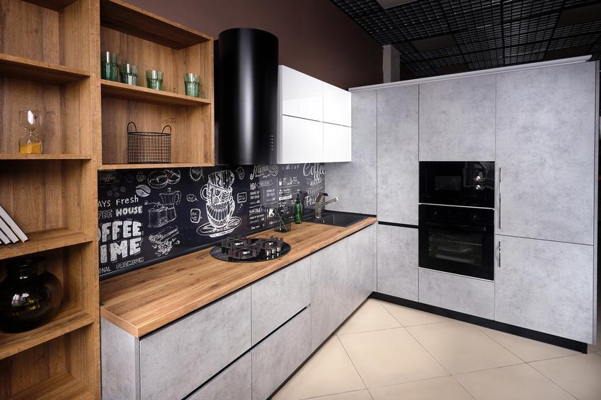 Ściana tablicowa w kuchni nad blatem, a także polecana farba tablicowa w kuchni