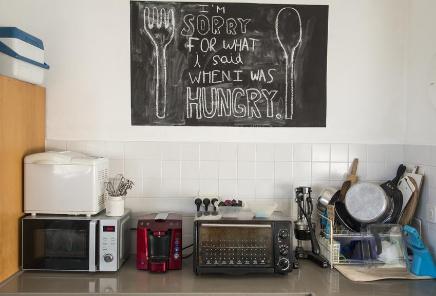Ściana tablicowa w kuchni w formie prostokąta, a także farba tablicowa w kuchni