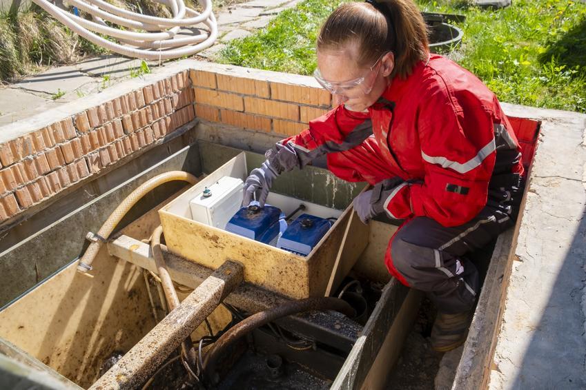 Kobieta pracująca przy oczyszczalni, a także oczyszczalnie drenażowe, oczyszczalnia rozsączająca i przydomowe oczyszczalnie ścieków