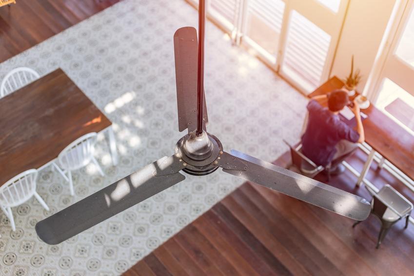 Wentylator sufitowy i widok z góry za mieszkanie, a także cena za wiatrak sufitowy