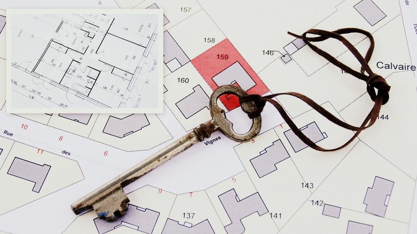 Mapa i leżący na niej klucz, a także mapa ewidencyjna gruntów i mapa działek ewidencyjnych