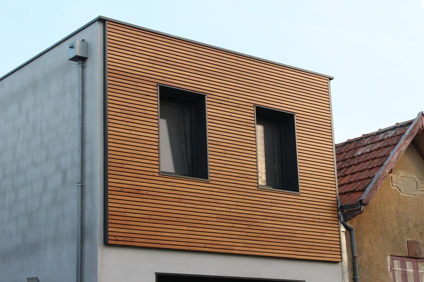 Mały dom i elewacja z drewna, a także elewacje domów, w tym elewacje drewniane