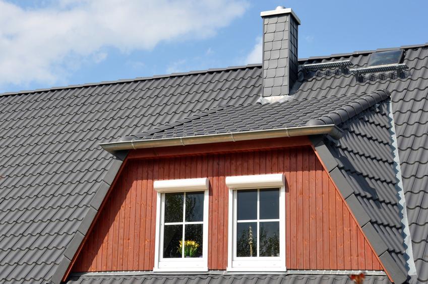 Dom z dachem i kominem, a także struktonit na komin i montaż struktonitu