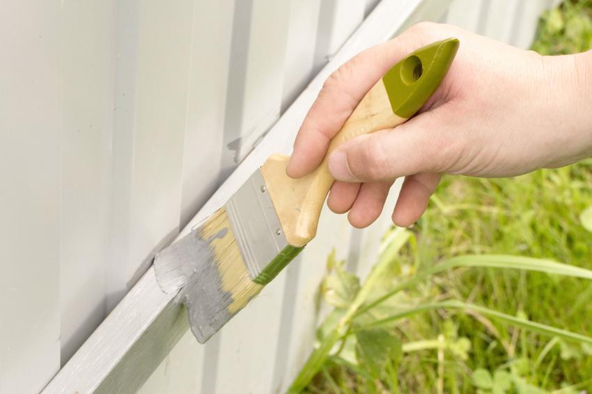 Malowanie płotu pędzelkiem, a także podkład epoksydowy w sprayu i nie tylko
