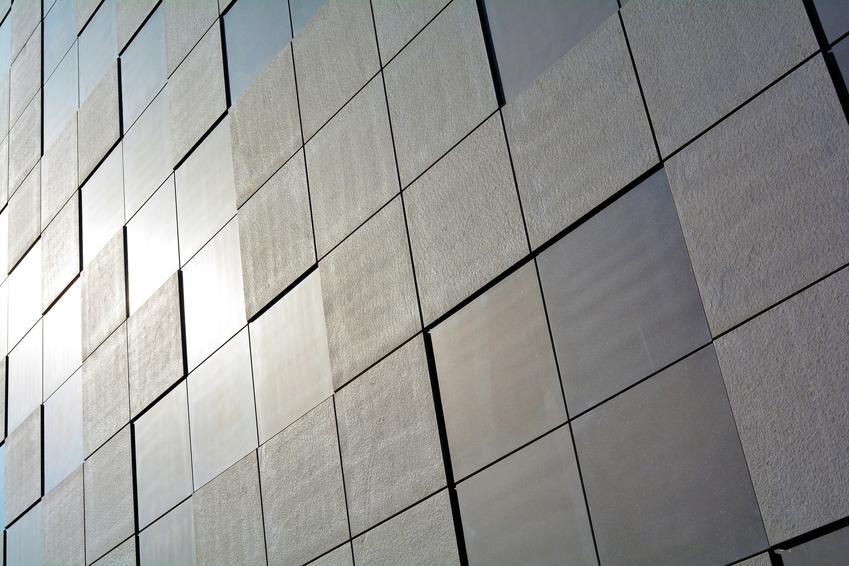 Elewacja złożona z płyt, a także płyty elewacyjne, w tym płyty włóknowo cementowe