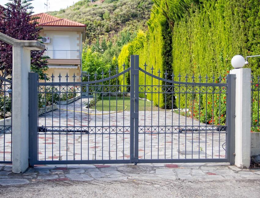 Bramy kute są o wiele bardziej estetyczne, niż inne rodzaje bram. Ładnie się prezentują, ale ceny są najczęściej dość duże.