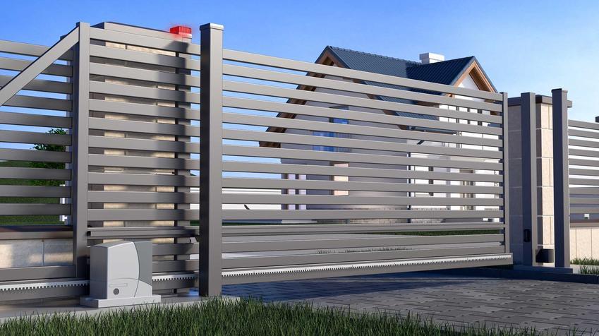 Brama przesuwna jest wyposażona w napęd albo szyny, które pozwalają na zdalne otwieranie bramy, co jest o wielebardziej komfortowe.