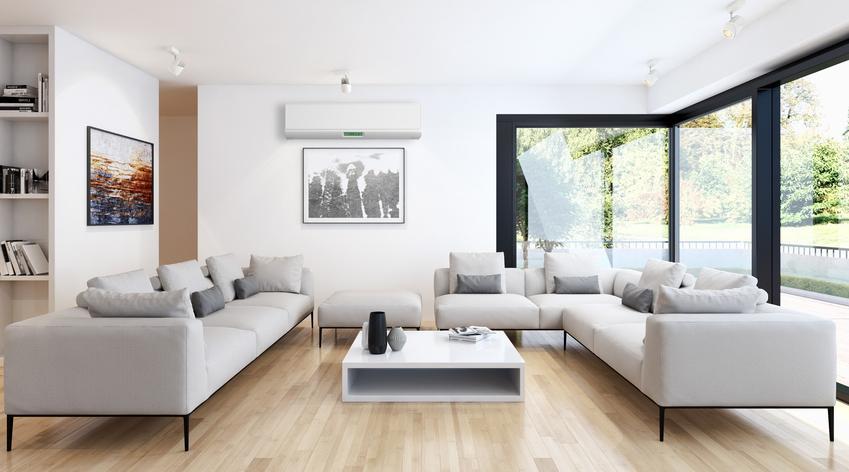Klimatyzator pokojowy ścienny w nowoczesnym salonie, czyli jaki klimatyzator domowy wybrać