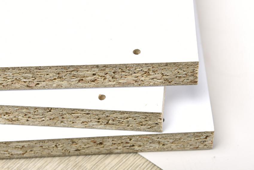 Płyty paździerzowe jako płyty laminowane pokryte białym laminatem, a także ich przeznaczenie i cena