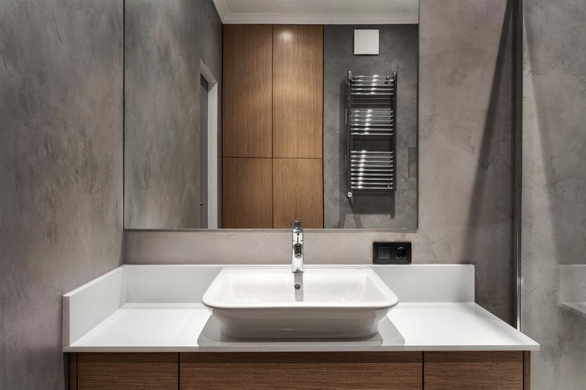 Piękna i nowoczesna łazienka, a także blat pod umywalkę, umywalka z blatem i umywalka wpuszczana w blat
