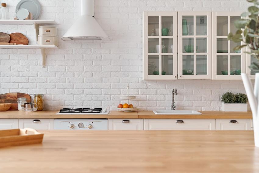 Pięknie zaaranżowana jasna kuchnia, a także blaty IKEA, blaty kuchenne IKEA, blaty drewniane