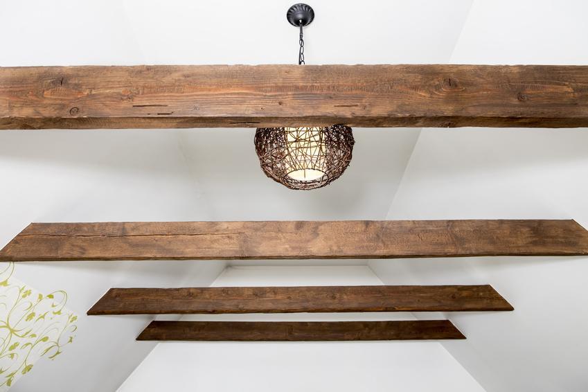 Drewniane belki na suficie, a także drewniany sufit i deski drewniane na sufit