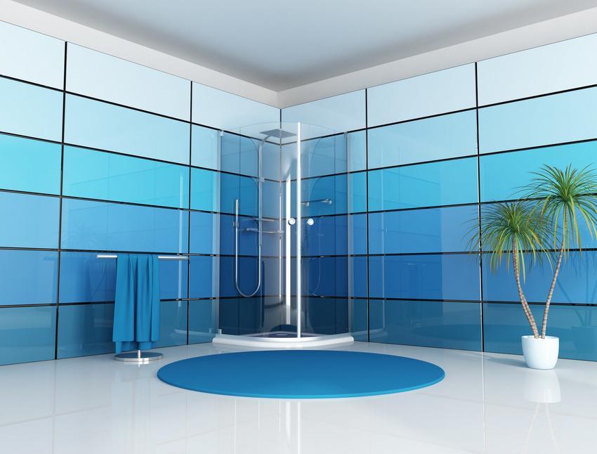 Niebieska łazienka z prysznicem oraz polecane panele szklane do łazienki i płytki szklane
