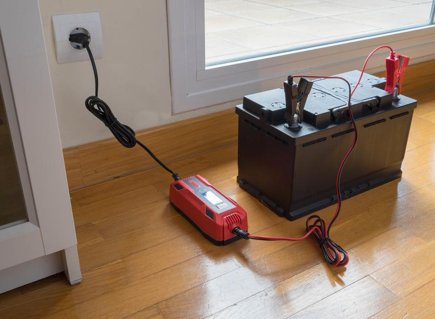 Ładowanie akumulatora w domu, a także polecany prostownik do akumulatora i do akumulatorów samochodowych