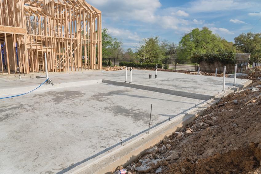 Plac budowy domu oraz zbrojenie płyty fundamentowej krok po kroku