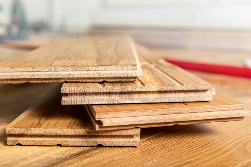 Panele podłogowe ułożone jedna na drugiej na podłodze, a także ich zakup i ceny