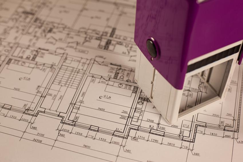 Plan budowy i pieczątka, a także pozwolenie na budowę, czyli pozwolenie budowlane