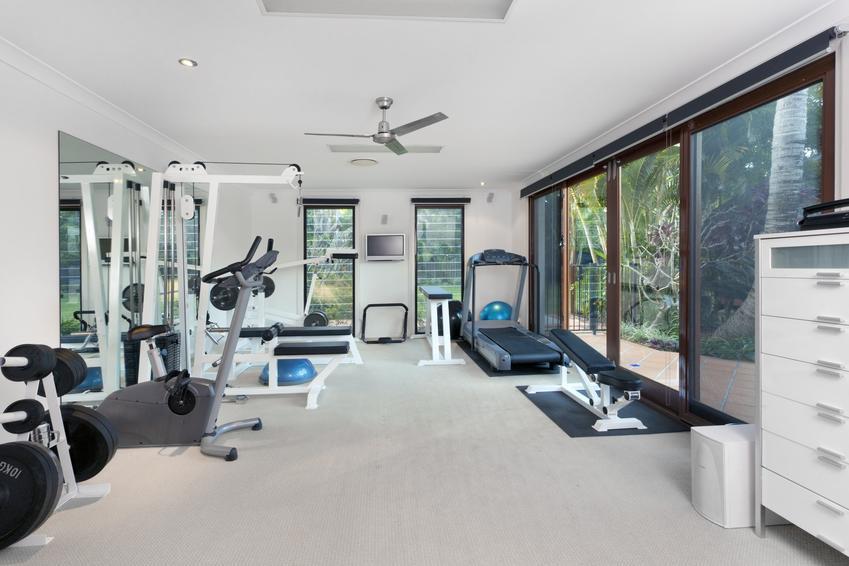 Domowa siłownia w piwnicy, a także wyposażenie domowej siłowni i sprzęt