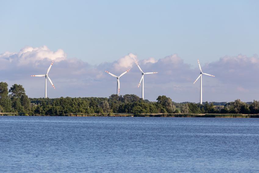 Farma wiatraków nad brzegiem morza, a także największa farma wiatrowa w Polsce